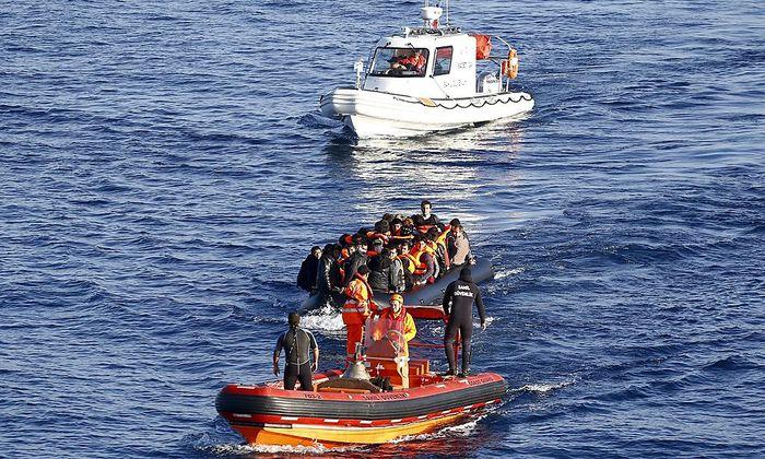 Symbolbild: Boot mit Flüchtlingen