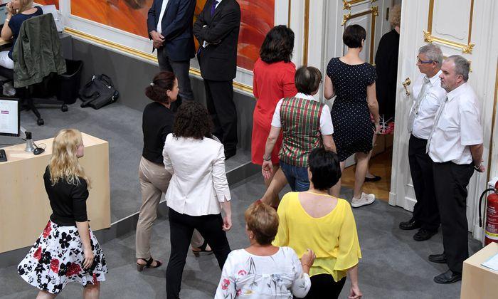 Fast alle weiblichen Abgeordneten verließen demonstrativ den Plenarsaal.