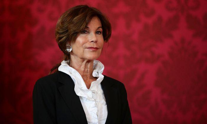 Die weiße Bluse mit Volantkragen, die Bierlein bei ihrem Auftritt an der Seite des Bundespräsidenten in der Hofburg trägt, hat sie fraglos mit Bedacht gewählt.