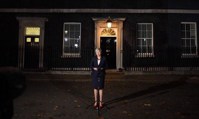 Premierministerin Theresa May steht mit dem Rücken zur Wand: Abgeordnete ihrer Tory-Fraktion planen wegen des Brexit-Entwurfs ein Misstrauensvotum.