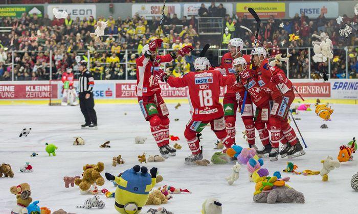 """Auch der """"Teddy Bear Toss"""" ist KAC-Tradition: Vor Weihnachten regnet es Stofftiere von den Rängen. Der Round Table Klagenfurt verteilt sie."""