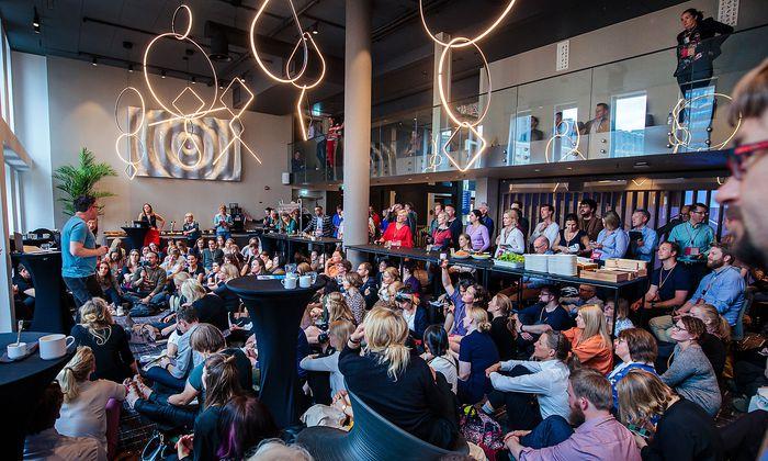 Einzelne Sessions fanden aufgrund des großen Andrangs sogar in der Eingangshalle des Konferenzhotels statt.