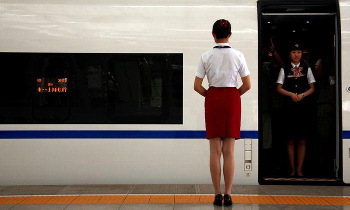 Fuxing heißt der erste in der Volksrepublik eigenständig entwickelte Hochgeschwindigkeitszug. Er fährt bis zu 350 Stundenkilometer.