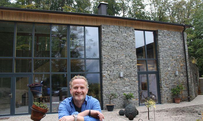 Unterberger vor seinem Atelier in Bad Ischl.