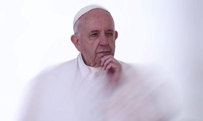 Der Papst steht auf der Bremse.