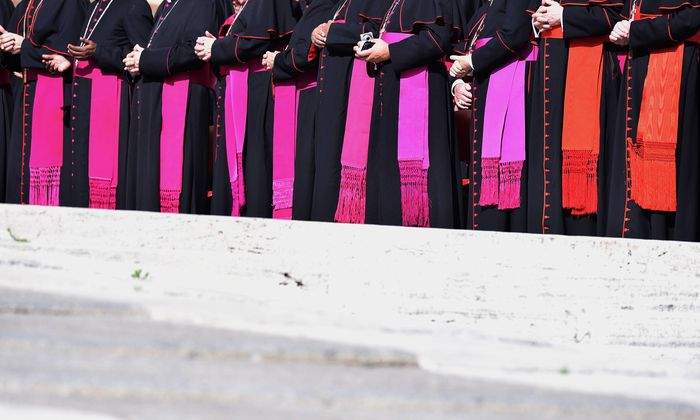 Bischöfe in aller Welt stehen in der Missbrauchsaffäre am Pranger – von den USA bis Australien, von Irland bis Indien. Jetzt bekennen sich auch die deutschen Bischöfe zu ihrer Verantwortung.