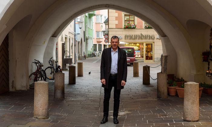 Georg Willi vor einem Durchgang in der Altstadt – vor dem Nächtigungsverbot eine beliebte Schlafstelle für Obdachlose.
