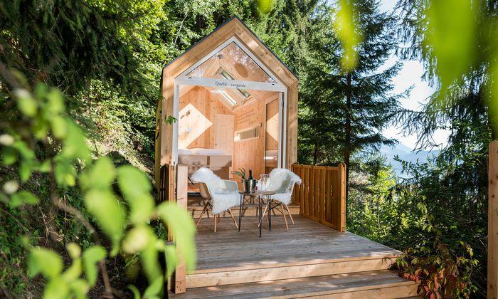 Eines der puristischen Tiny Houses, die sogenannten Biwaks unter Sternen.