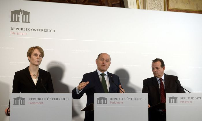 Eva Zeglovits, Nationalratspräsident Wolfgang Sobotka (ÖVP) und Thomas Stern (Braintrust) bei der Präsentation der Antisemitismusstudie.