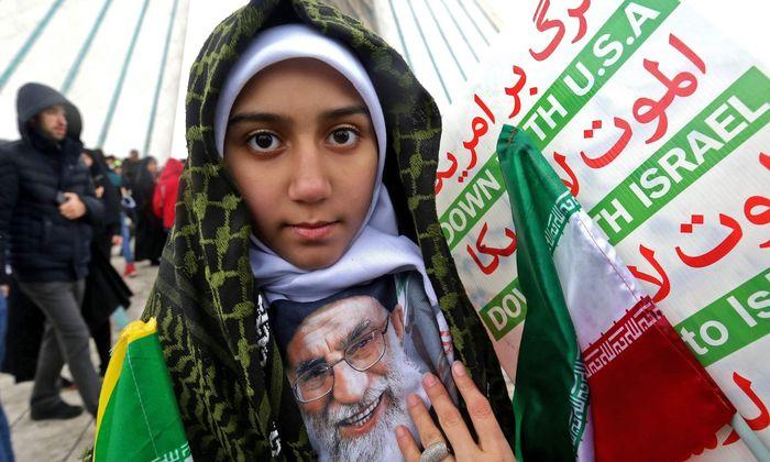 """""""Nieder mit Israel"""", Porträt des obersten Führers, Ali Khamenei: Feier zum 40. Jahrestag der Islamischen Revolution, Teheran."""