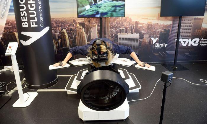 Bäuchlings und mit Roboterflügeln kann man auf dem Flughafen Wien jetzt durch virtuelle Welten fliegen.