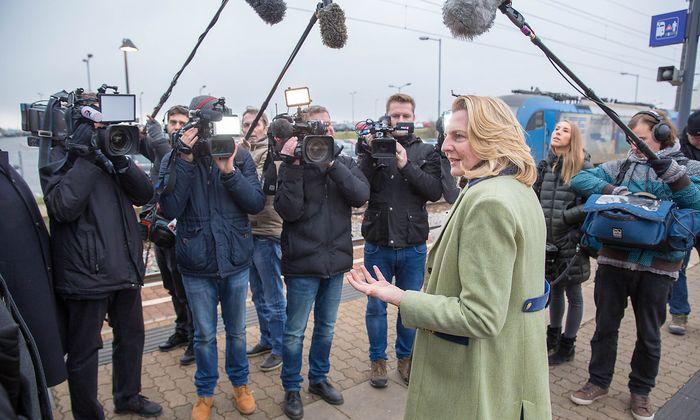 Am Bahnhof Gramatneusiedl startete Außenministeirn Karin Kneissl ihre Reise nach Bratislava.