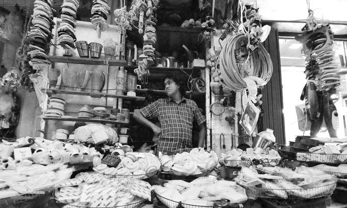 Als wären die Waren nicht zum Verkauf gedacht, sondern gleichsam Teil einer Installation. Colombo, Sri Lanka.