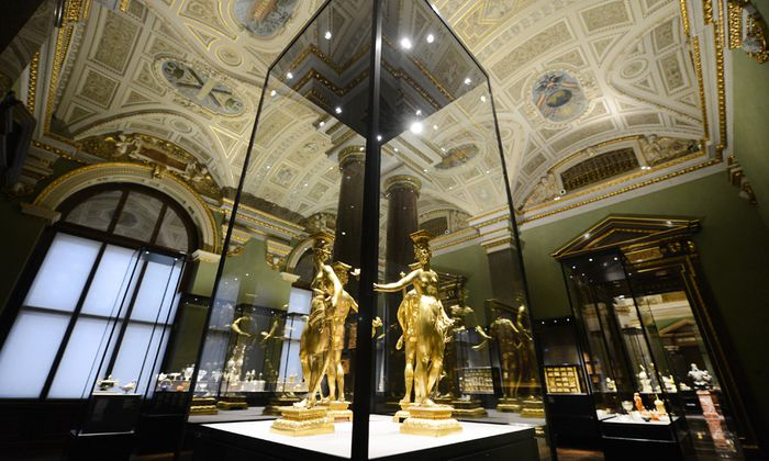 Schimmernde Vitrinen, geschickt inszeniert: die Wiener Kunstkammer.