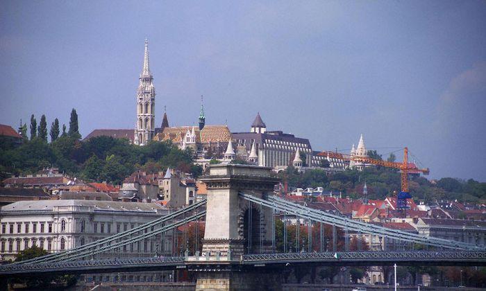 Ungarn, Budapest, Kettenbruecke, Matthiaskirche und Fischerbastei