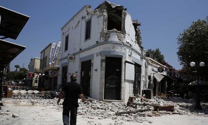 Schwere Schäden gab es an Gebäuden in der Altstadt der Inselhauptstadt Kos sowie im dortigen Hafen.