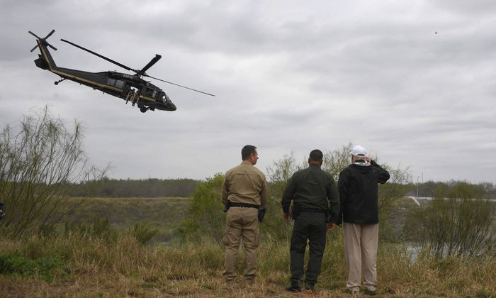 Donald Trump inspiziert die texanische Seite am Grenzfluss Rio Grande in der Nähe der Stadt McAllen.