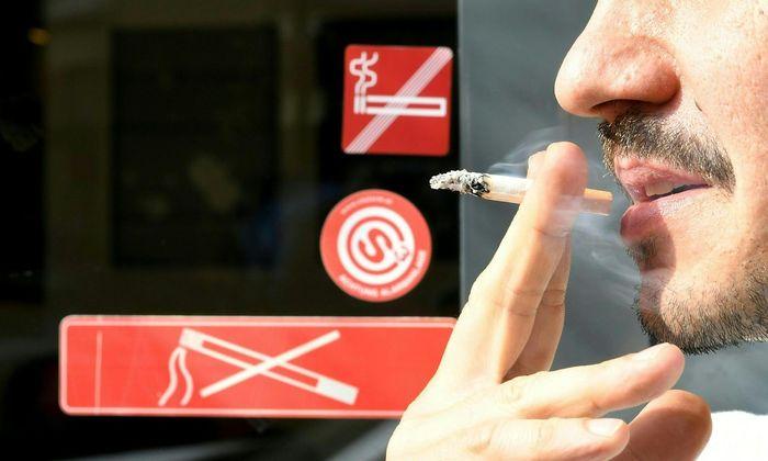 Die Wiener Neos befürchten (wie viele Gastronomen) Konflikte zwischen Gästen, die vor Lokalen rauchen, und Anrainern, die sich wegen des Lärms durch Unterhaltung im Freien beschweren.