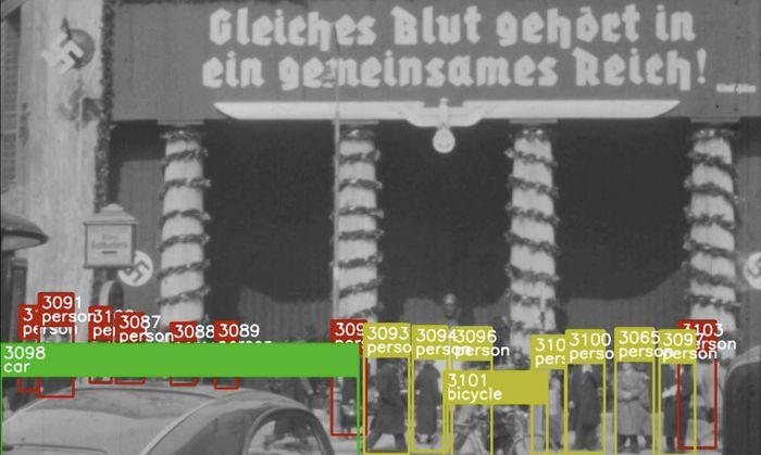 Das Looshaus als Hitleraltar (1938). Die Amateuraufnahme zeigt Passanten, die vor einer Hitler-Büste salutieren, der Algorithmus erkennt automatisiert Personen und Fahrzeuge.