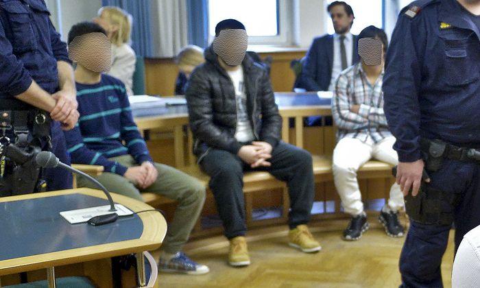 Drei der Angeklagten am Freitag im Gerichtssaal.
