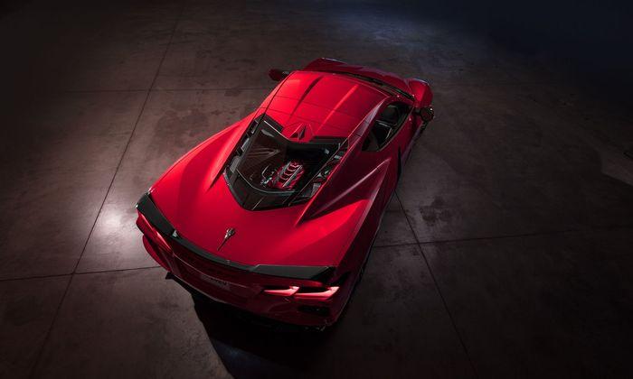 Schön angerichtet: Corvette C8 Stingray mit 6,2-Liter-V8 mittig unter der Glaskuppel.