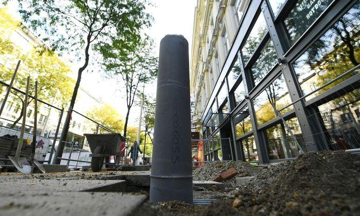 In der Mariahilfer Straße, nahe der Kreuzung mit der Kaiserstraße, werden seit Montag Poller aufgestellt.