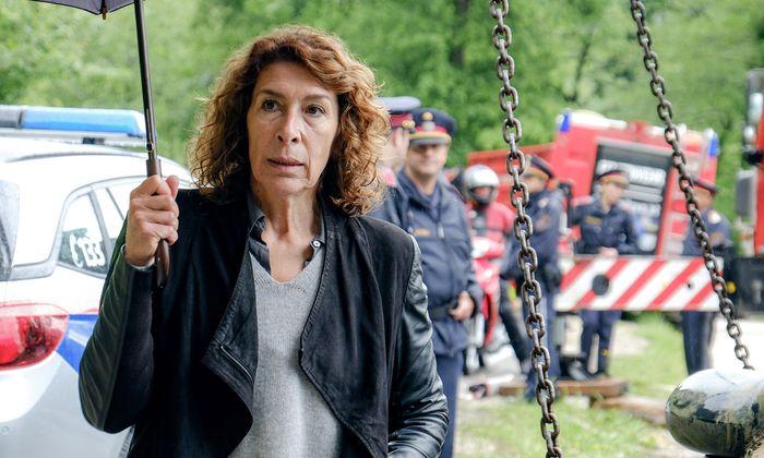 """Im Tatort """"Wahre Lügen"""" schrammt Adele Neuhauser als Kommissarin Bibi Fellner wieder einmal knapp an einem Rückfall vorbei."""