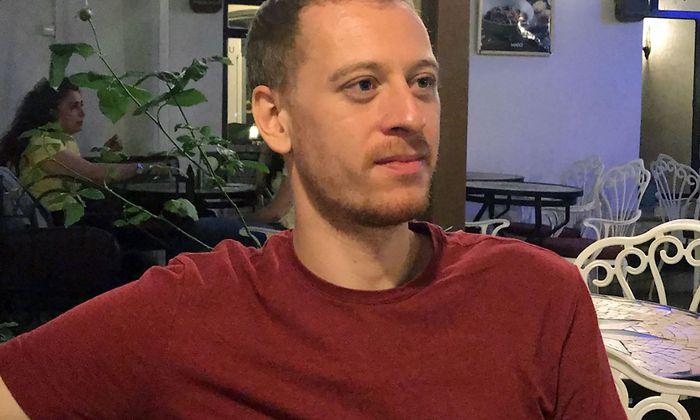 Max Zirngast auf einem Archivbild - er sitzt in der Türkei im Gefängnis.