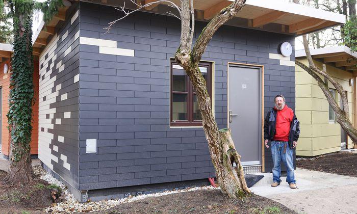 """Josef B. vor seinem Modul, der """"Nummer 13"""". Am 3. Dezember ist er als erster Bewohner ins Dorf für zuvor Obdachlose in Hetzendorf eingezogen."""