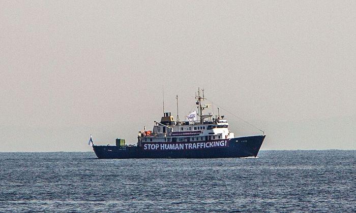 Die C-Star sieht die Hilfsorganisationen als Menschenhändler.