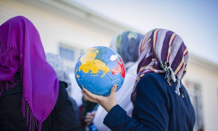 Symbolbild: Ein syrisches Maedchen mit Kopftuch, aufgenommen in Deutschland