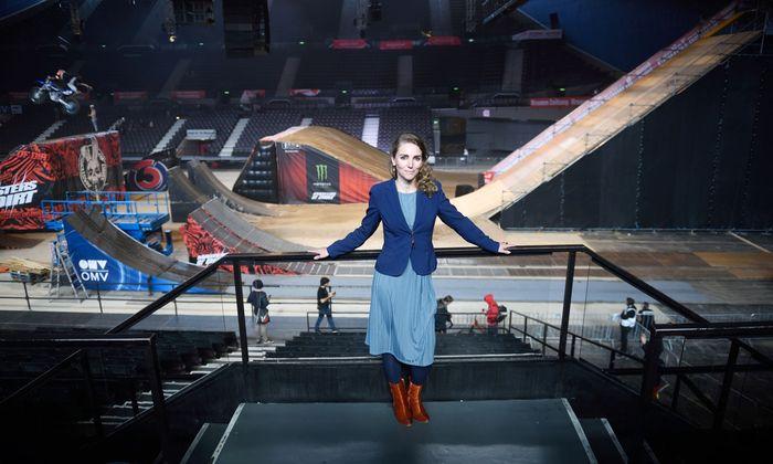 """Carola Lindenbauer bei den Aufbauarbeiten von """"Masters of Dirt"""". Die Freestyle-Motocross-Show fand drei Tage lang in der Stadthalle statt."""