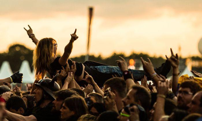 Schweben, bis Sicherheitskräfte einen wieder herunterfischen: Crowdsurfing ist beim Publikum vieler Bands beliebt. Es gibt aber auch sehr spezifische Fanrituale.