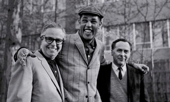 Blue-Note-Gründer Alfred Lion (l.) und Francis Wolff (r.) mit dem Saxofonisten Dexter Gordon.