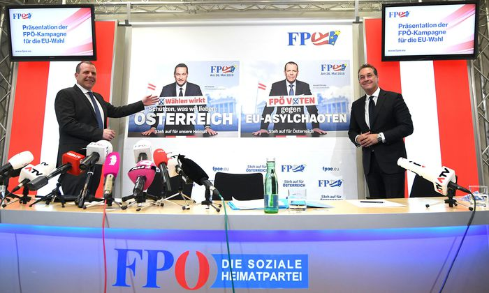 Parteichef Heinz-Christian Strache und Spitzenkandidat Harald Vilimsky auf den Wahlplakaten der FPÖ: Bei den Inhalten setzt man auf Altbewährtes.