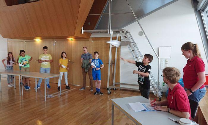 Auch Aktionen wie ein Papierflieger-Wettbewerb in der Urania können das Interesse an Naturwissenschaft wecken.