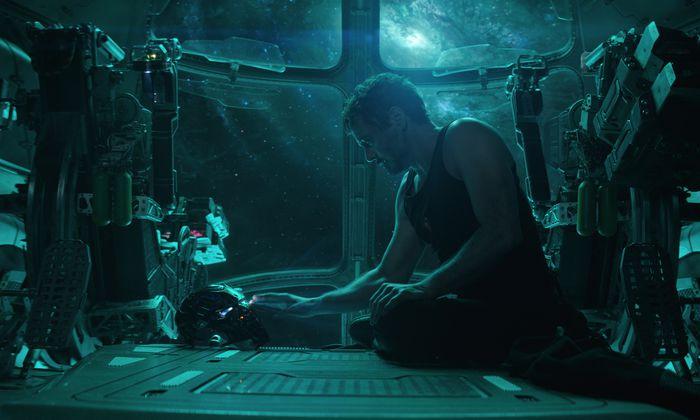 Iron Man (Robert Downey Jr.) betrachtet seine lädierte Heldenmaske.