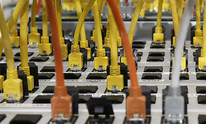 ARCHIV - An einen Server angeschlossene Datenkabel sind am 14. Dezember 2009 in Stuttgart, Baden-Wuer
