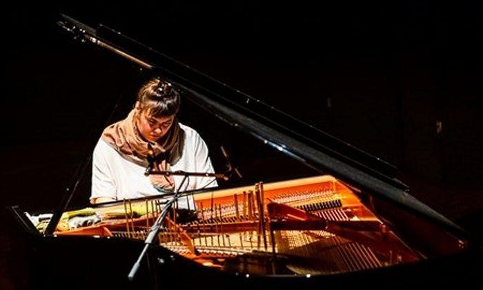 Unablässige Kreiselbewegungen: Ingrid Schmoliner am präparierten Klavier.