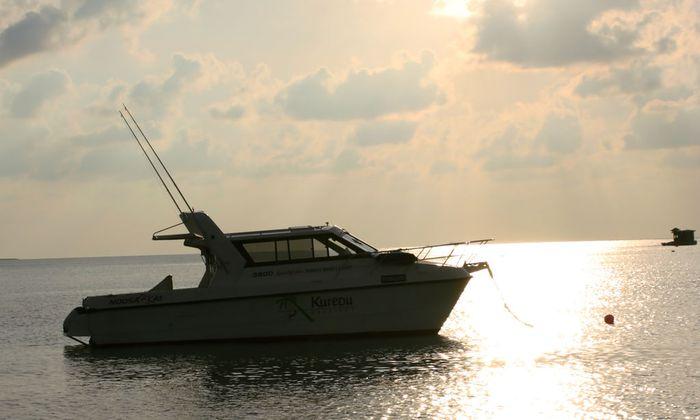 Motorboot am Meer