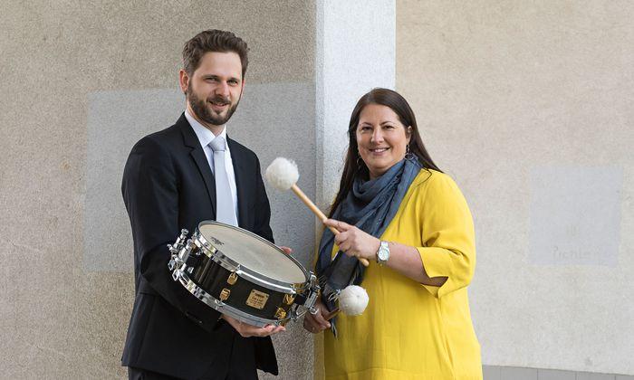 Trommelwirbel. Thomas Schindl und Kathrin Gaál beim Location-Check für das Konzert.