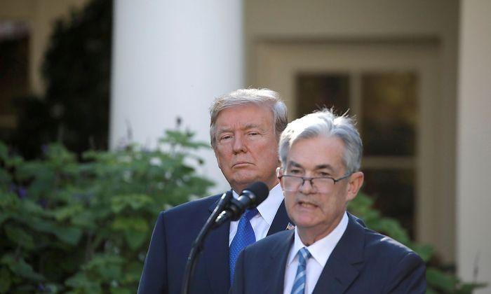 Archivbild. US-Präsident Donald Trump (hinten) fordert von Fed-Chef Jerome Powell (im Vordergrund) weitere Zinssenkungen.
