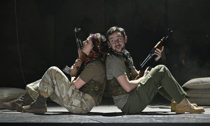 Liebe in Zeiten des Bürgerkrieges: Isabella Knöll als Freiheitskämpferin Hêvîn, Peter Fasching als Österreicher Michael, der syrischen Kurden helfen will.