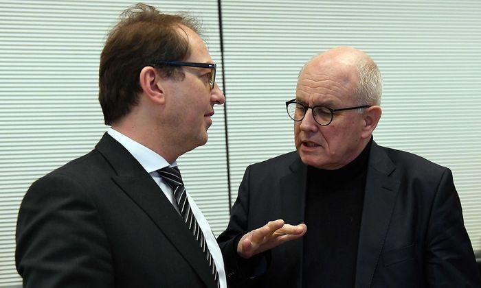 Dobrindt (li.) und Kauder (re.) beäugen die AfD im deutschen Bundestag skeptisch.