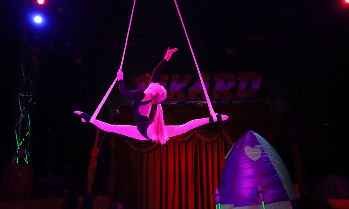 Akrobatin Charly, Absolventin der Zirkusakademie bei ihrer Spezialdisziplin, den Strapaten.