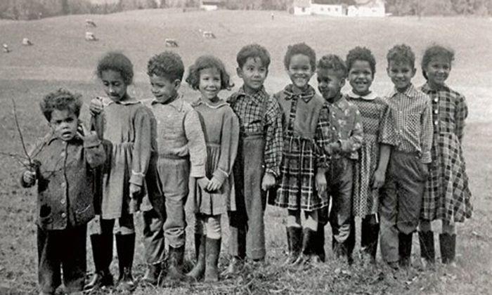 Schwarze Kinder in Salzburg, um 1960. Die Pflegeeltern, ein Amerikaner und eine Österreicherin, wanderten mit ihnen in die USA aus.