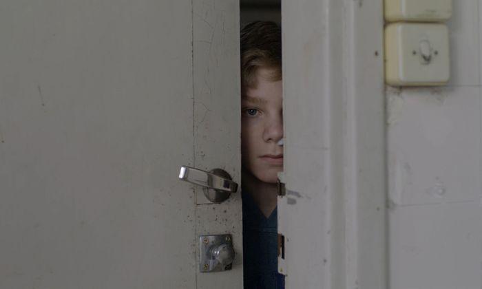 Daniel wirft einen verstohlenen Blick auf seine Mitschülerin Marthe.