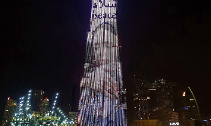 Ein Bild von Jacinda Ardern mit Kopftuch auf dem Burj Khalifa in Dubai.