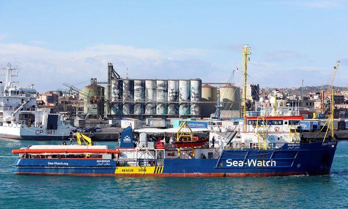 Fast zwei Wochen lang suchte die Sea-Watch 3 einen Hafen, um in Europa anlegen zu dürfen.
