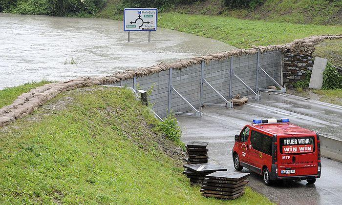 Mobiler Hochwasserschutz bei Krems-Stein. Infrastrukturministerin Doris Bures will mehrere Projekte vorziehen.